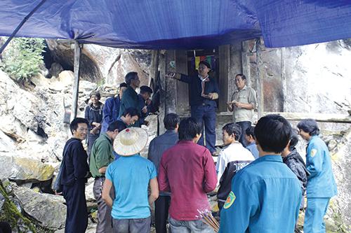 Sau khi hoàn thành các bài cúng theo nghi lễ, dân làng đến bái miếu thờ
