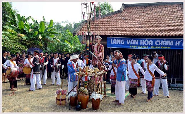 Đồng bào Chăm H'roi đến từ huyện Vân Canh (Bình Định) tái hiện lễ cầu mưa tại Làng Văn hóa – Du lịch các dân tộc Việt Nam (18/11/2015)