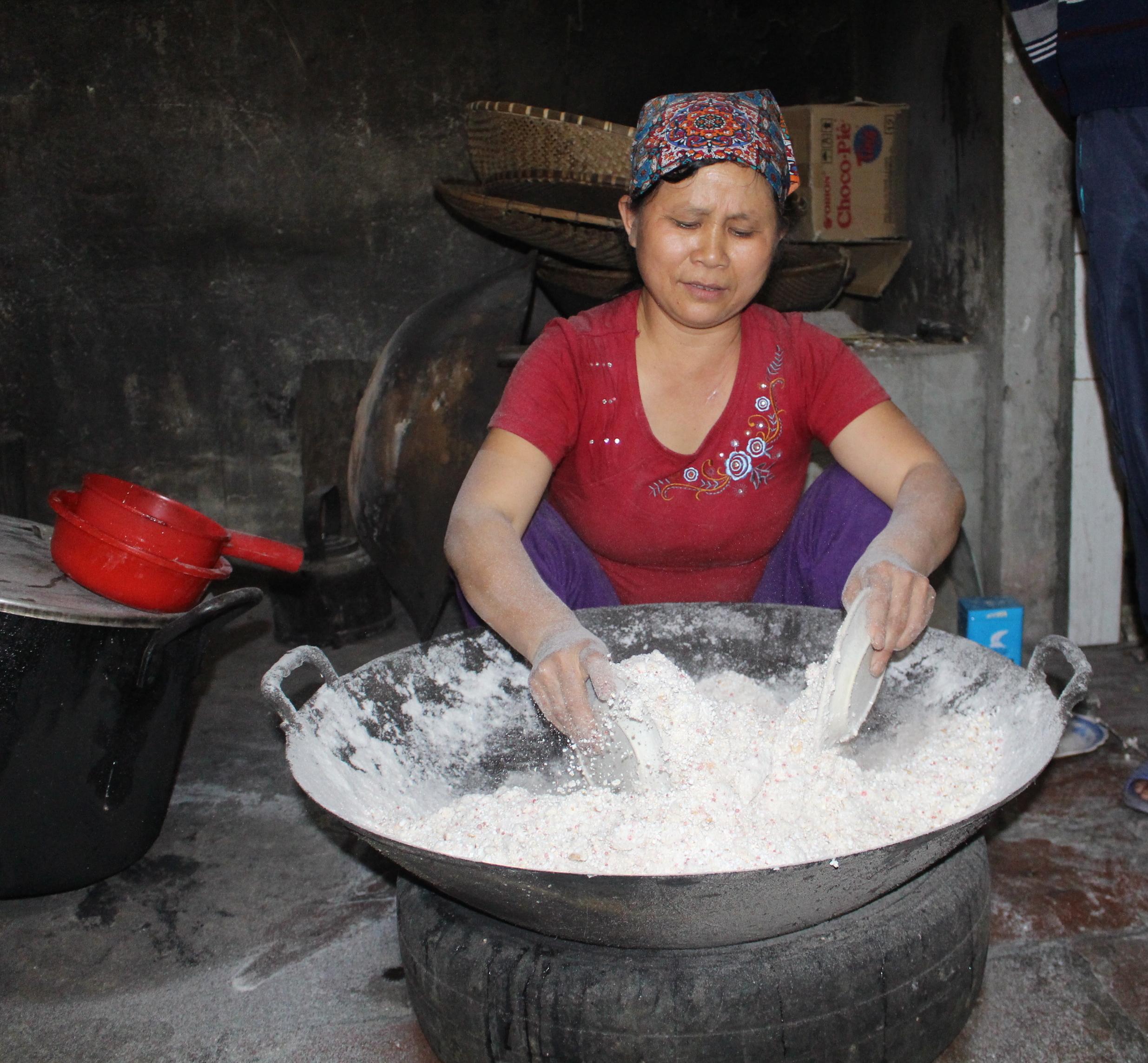 Chè lam Thạch Xá được người thợ chế biến rất cẩn thận từ những nguyên liệu đơn giản, quen thuộc như bột nếp, đường kính và mạch nha