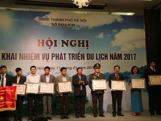 Tổng cục trưởng TCDL Nguyễn Văn Tuấn trao Cờ thi đua , Bằng khen của Bộ VHTTDL cho các tập thể nhận