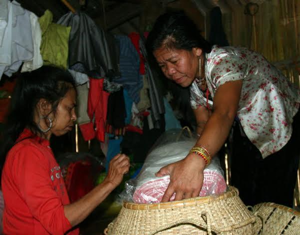 Khi nhà trai đưa dâu về, nhà gái sẽ phải chuẩn bị cho con những vật dụng thường ngày như quần áo, chăn màn, xoong nồi, bát đĩa..