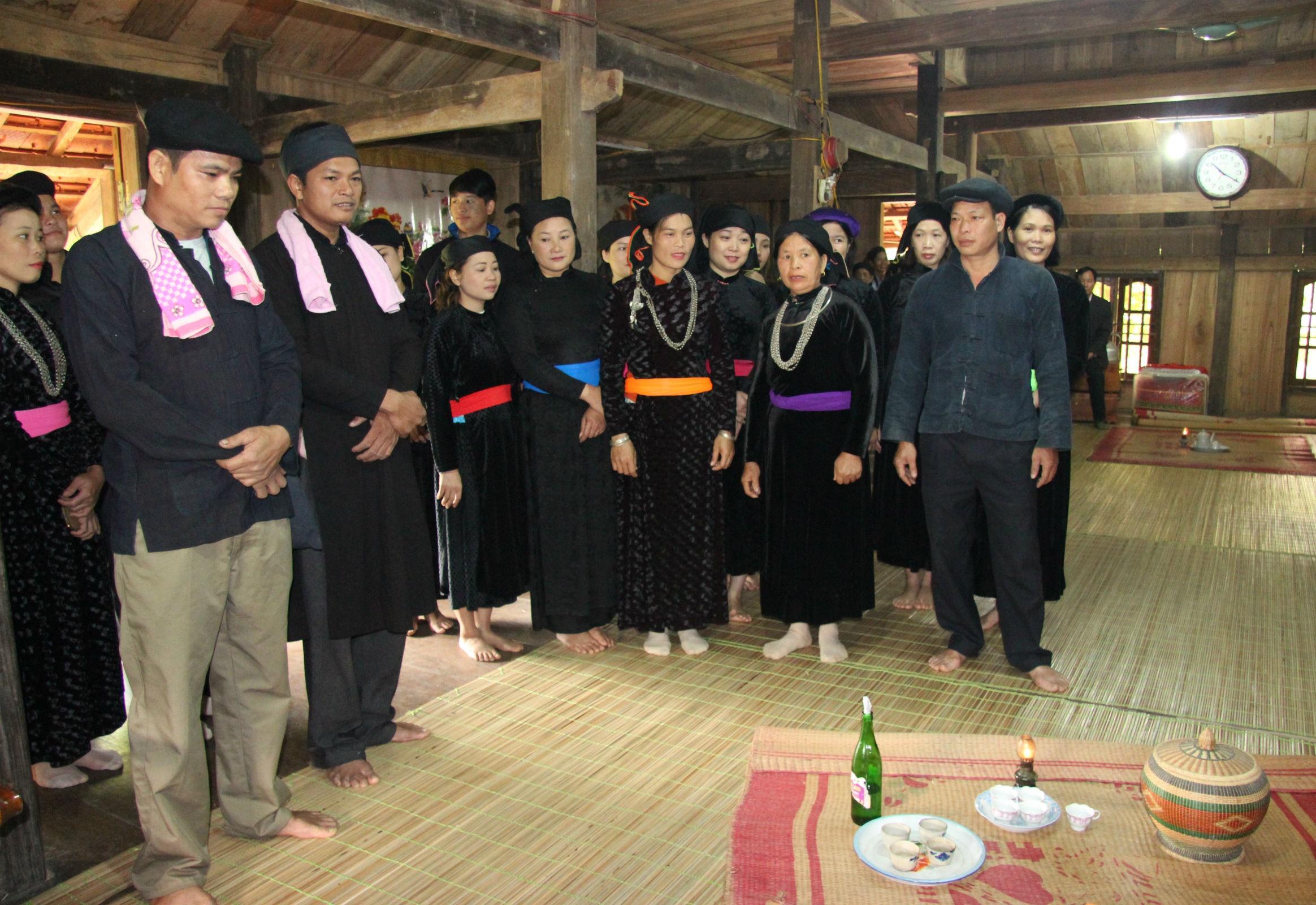 Hát Quan làng ở tục xin trải chiếu trong đám cưới của người Tày