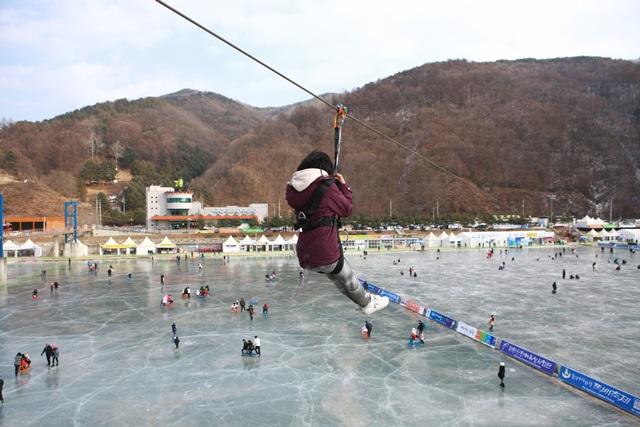 Tận hưởng mùa đông tại lễ hội băng Hwacheon Sancheoneo