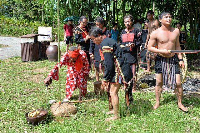 Lễ cúng thần đất phù hộ cho buôn làng no ấm; lễ cúng sức khỏe cho chủ bến nước và gia đình