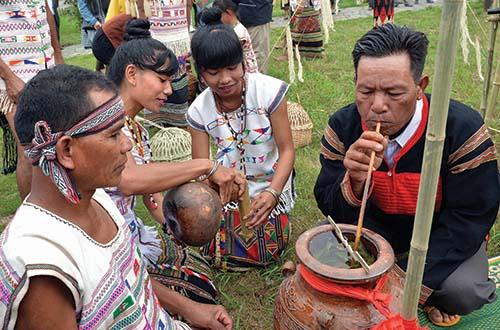 Các khách mời và du khách cùng thưởng thức ẩm thực, chia vui với dân làng