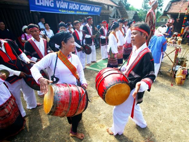 Múa trống đôi độc đáo của người Chăm H'roi