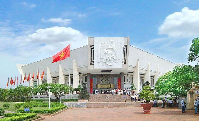 Bảo tàng Hồ Chí Minh nằm trong quần thể Cụm Di tích lịch sử - văn hóa Ba Đình cùng với Lăng Chủ tịch Hồ Chí Minh và Khu di tích Chủ tịch Hồ Chí Minh tại Phủ Chủ tịch