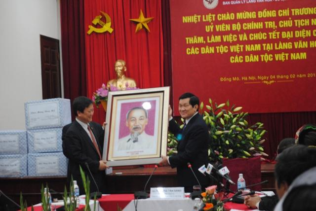 Đại diện BQL Làng Văn hóa, đồng chí Hồ Anh Tuấn trao tặng lưu niệm tới Chủ tịch nước
